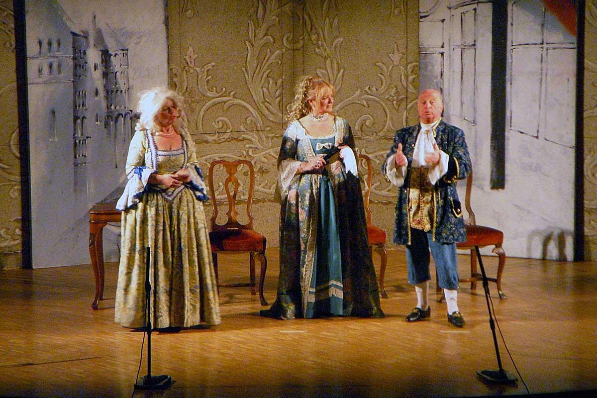 la finta contessa viene presentata al nobile credulone