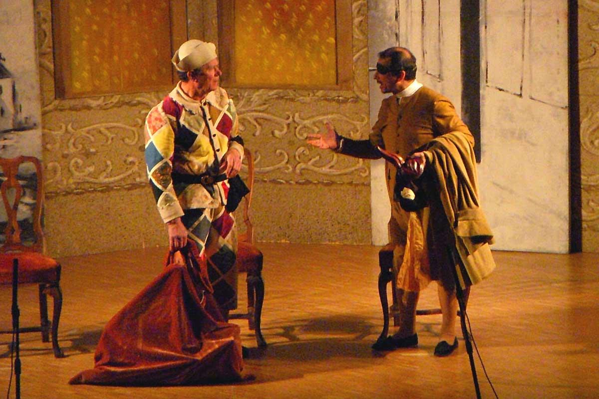 arlecchino e un trafficante si mettono d'accordo per vendere finte antichità al nobile credulone